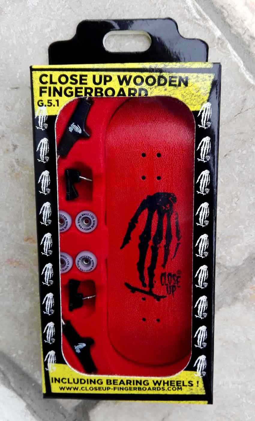 COMPLETE SET CLOSE UP SKULL HAND BLACK ON RED 32MM LOW CONCAVE – 26,00 € ($ 35,50)