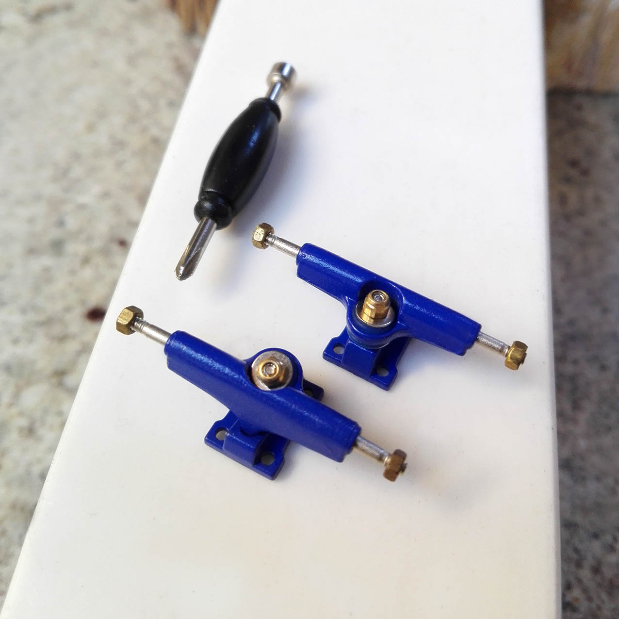 DARK BLUE TRUCKS 29MM – 9,00 € ($ 12,36 USD)