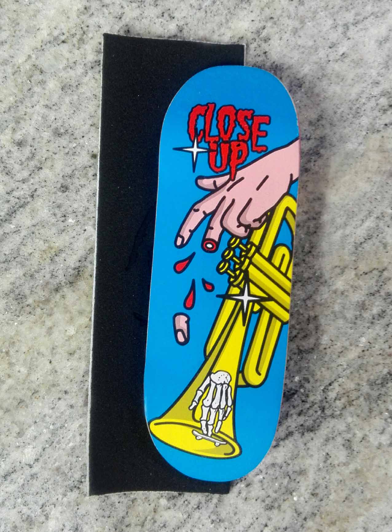 BOARD CLOSE UP PLAYING TRUMPET 33MM MEDIUM CONCAVE + RIPTAPE – 9,90 € ($11,09 USD)
