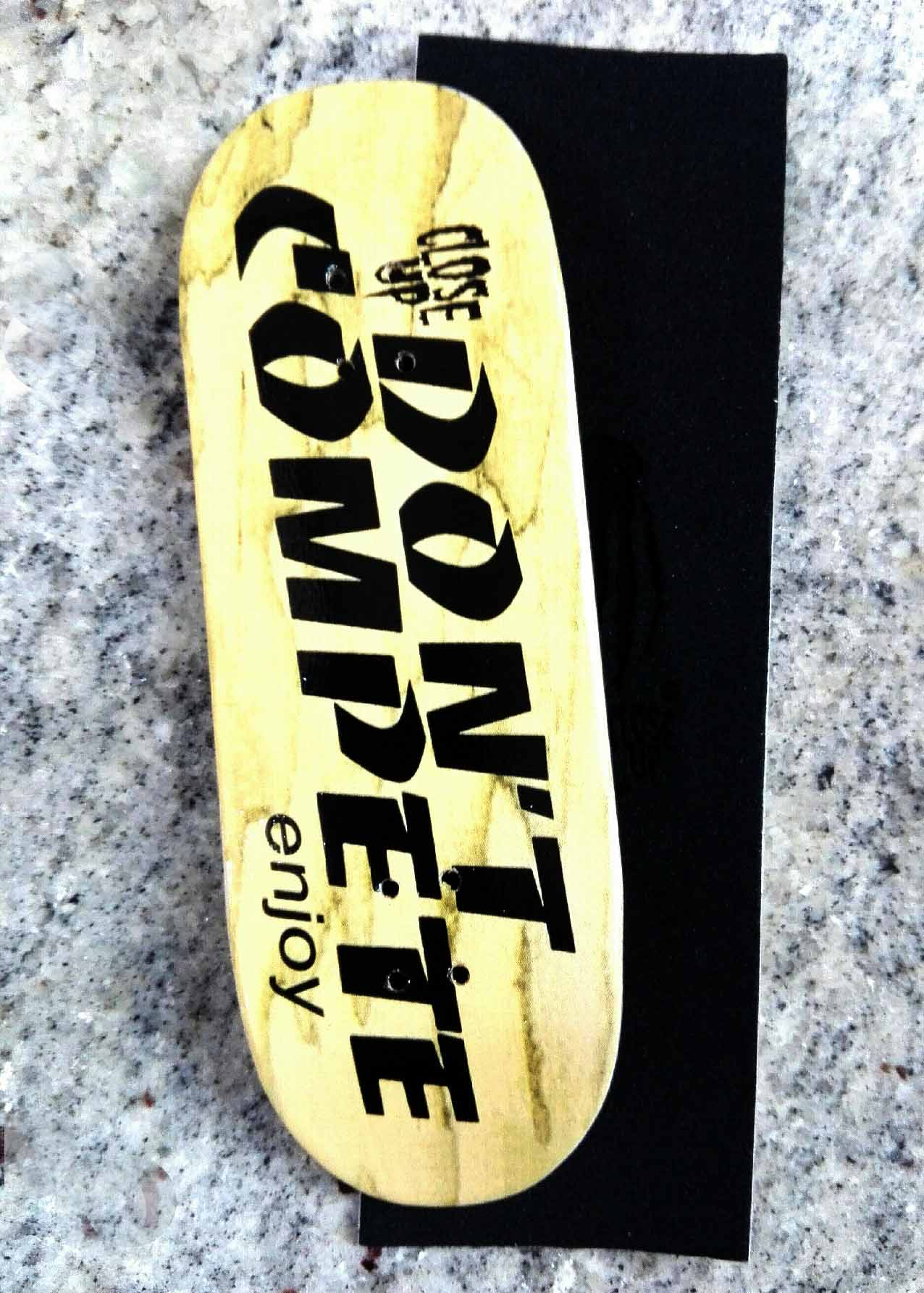 BOARD DON'T COMPETE 33MM MEDIUM CONCAVE + RIPTAPE – 9,50 € ($10,64 USD)