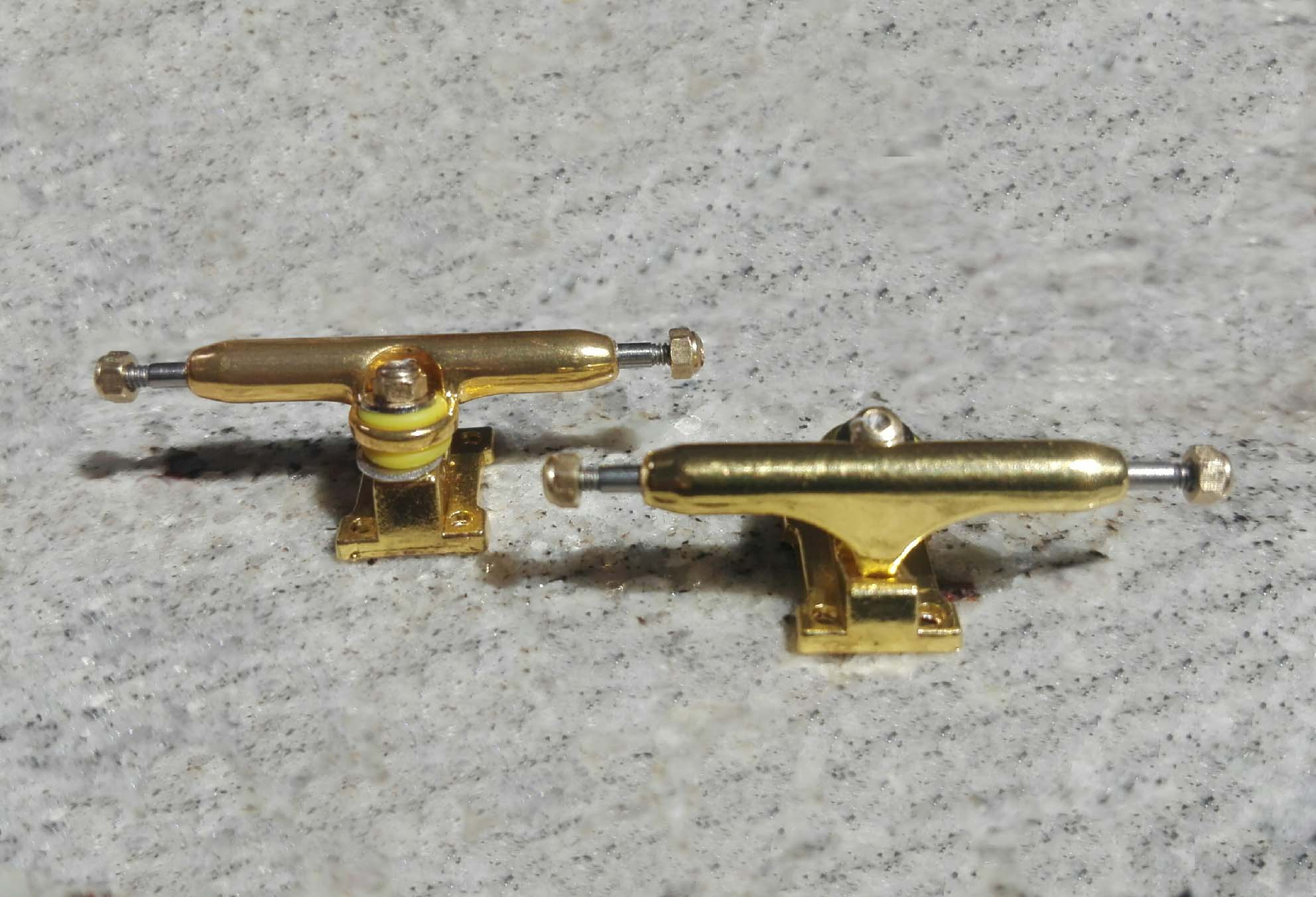 NEW CLOSE UP TRUCKS GOLDEN 32MM : 14,90 € ($16,80)